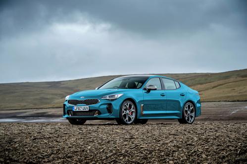 Фото автомобиля Kia Stinger 1 поколение, ракурс: 45 цвет: голубой
