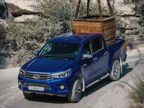 Фото автомобиля Toyota Hilux 8 поколение, ракурс: 45 цвет: синий
