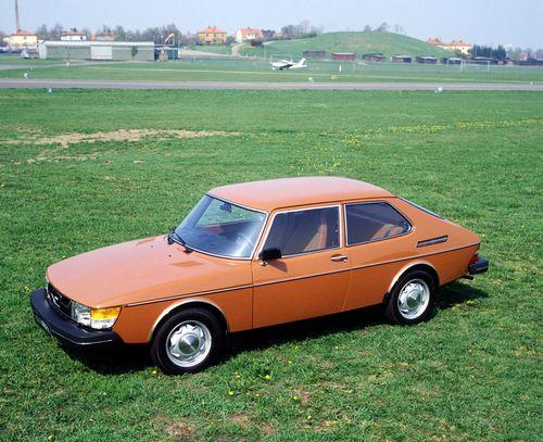 Фото автомобиля Saab 900 1 поколение, ракурс: 45 цвет: оранжевый