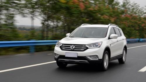 Фото автомобиля DongFeng AX7 1 поколение, ракурс: 45 цвет: белый
