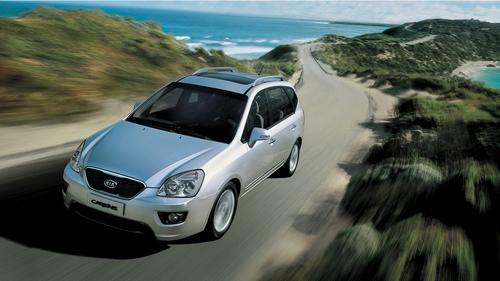 Фото автомобиля Kia Carens 3 поколение [рестайлинг], ракурс: 45 цвет: серебряный