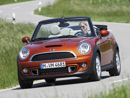 Фото автомобиля Mini Cabrio R57 [рестайлинг], ракурс: 45 цвет: оранжевый