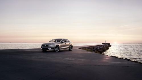 Фото автомобиля Volvo S60 3 поколение, ракурс: 45 цвет: серебряный