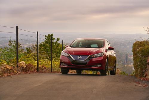 Фото автомобиля Nissan Leaf 2 поколение, ракурс: 45 цвет: красный