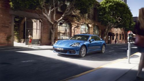 Фото автомобиля Porsche Panamera 971, ракурс: 45 цвет: синий