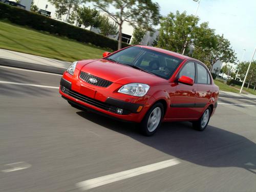 Фото автомобиля Kia Rio 2 поколение, ракурс: 45 цвет: красный