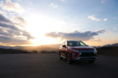 Фото автомобиля Mitsubishi Eclipse Cross 1 поколение, ракурс: 315 цвет: бордовый