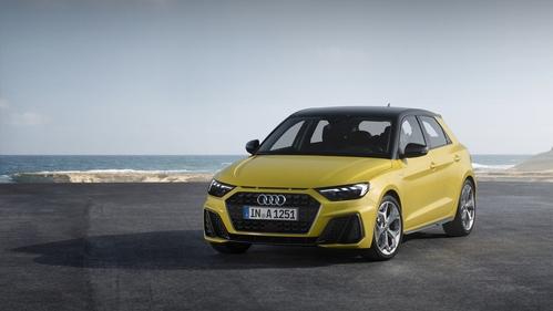 Фото автомобиля Audi A1 2 поколение, ракурс: 45 цвет: желтый