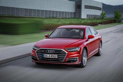 Фото автомобиля Audi A8 D5, ракурс: 45 цвет: красный