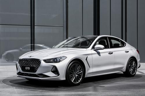 Фото автомобиля Genesis G70 1 поколение, ракурс: 45 цвет: белый