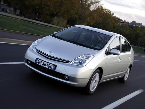 Фото автомобиля Toyota Prius 2 поколение, ракурс: 45 цвет: серебряный