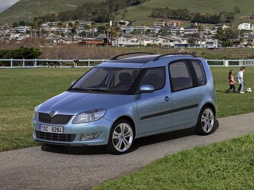 Фото автомобиля Skoda Roomster 1 поколение [рестайлинг], ракурс: 45 цвет: голубой
