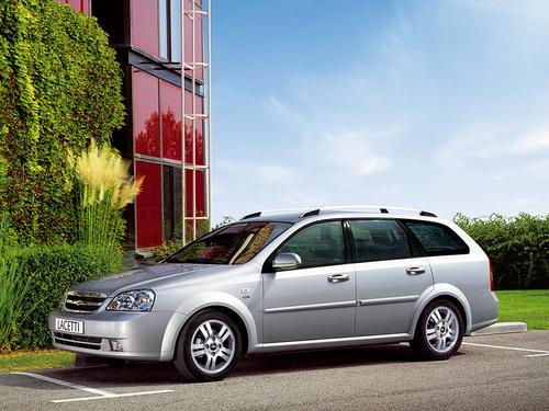 Фото автомобиля Chevrolet Lacetti 1 поколение, ракурс: 45 цвет: серебряный