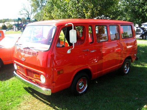 Фото автомобиля Chevrolet Van 2 поколение, ракурс: 45