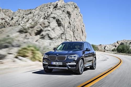 Фото автомобиля BMW X3 G01, ракурс: 45 цвет: серый