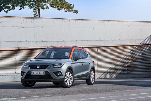 Фото автомобиля SEAT Arona 1 поколение, ракурс: 45 цвет: серый