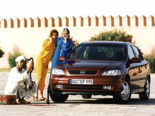 Фото автомобиля Opel Astra G, ракурс: 45 цвет: бордовый
