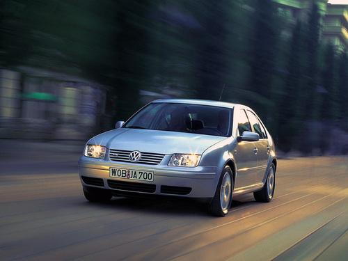 Фото автомобиля Volkswagen Bora 1 поколение, ракурс: 45 цвет: белый
