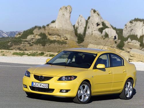 Фото автомобиля Mazda 3 BK, ракурс: 45 цвет: желтый