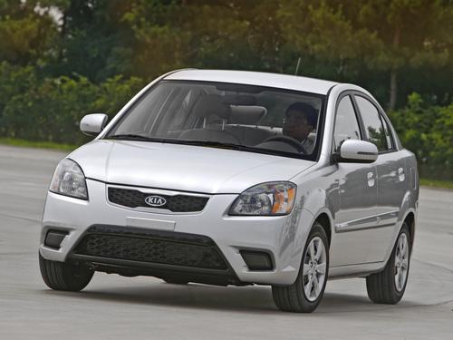Фото автомобиля Kia Rio 2 поколение [рестайлинг], ракурс: 45 цвет: серебряный