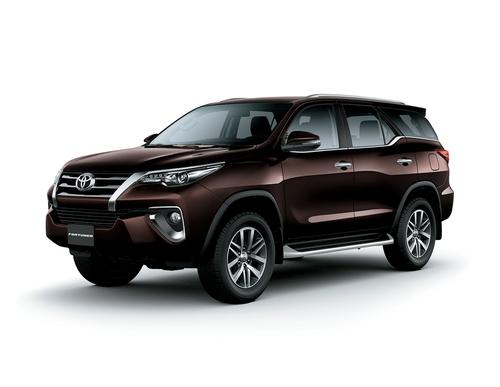Фото автомобиля Toyota Fortuner 2 поколение, ракурс: 45 цвет: коричневый
