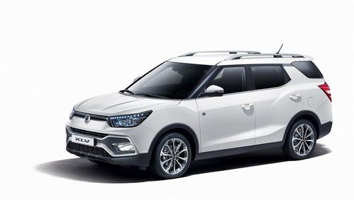 Фото автомобиля SsangYong Tivoli 1 поколение, ракурс: 45 цвет: белый