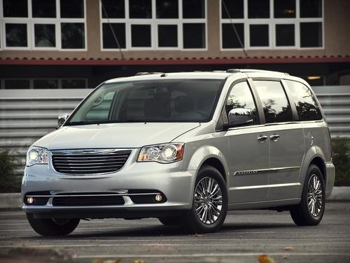 Фото автомобиля Chrysler Voyager 5 поколение [рестайлинг], ракурс: 45 цвет: серебряный