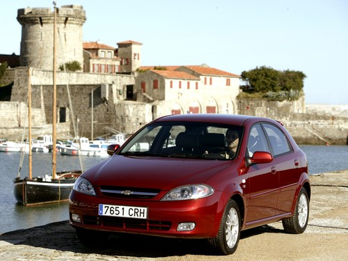 Фото автомобиля Chevrolet Lacetti 1 поколение, ракурс: 45 цвет: красный