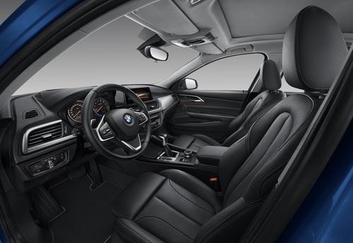 Фото автомобиля BMW 1 серия F52, ракурс: салон целиком цвет: синий