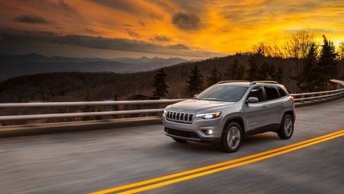 Фото автомобиля Jeep Cherokee KL [рестайлинг], ракурс: 45 цвет: серебряный