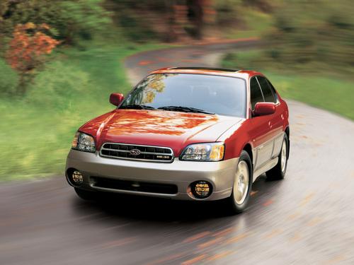Фото автомобиля Subaru Outback 2 поколение, ракурс: 45 цвет: красный