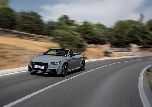 Фото автомобиля Audi TT 8S, ракурс: 45 цвет: серый