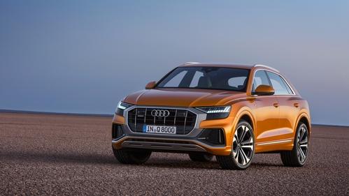 Фото автомобиля Audi Q8 1 поколение, ракурс: 45 цвет: оранжевый
