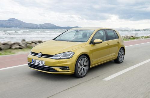 Фото автомобиля Volkswagen Golf 7 поколение [рестайлинг], ракурс: 45 цвет: желтый