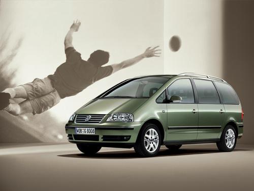 Фото автомобиля Volkswagen Sharan 1 поколение [2-й рестайлинг], ракурс: 45 цвет: зеленый