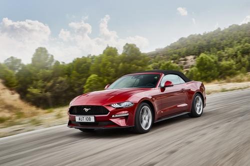 Фото автомобиля Ford Mustang 6 поколение [рестайлинг], ракурс: 45 цвет: красный
