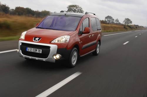 Фото автомобиля Peugeot Partner 2 поколение, ракурс: 45 цвет: бордовый