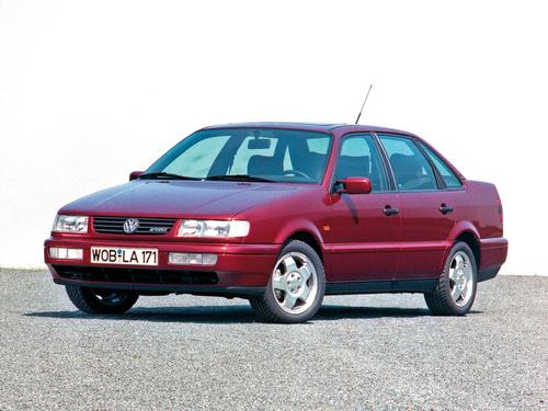 Фото автомобиля Volkswagen Passat B4, ракурс: 45 цвет: красный