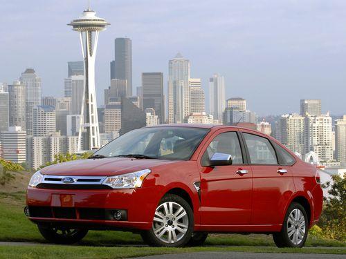Фото автомобиля Ford Focus 1 поколение [2-й рестайлинг], ракурс: 45 цвет: красный