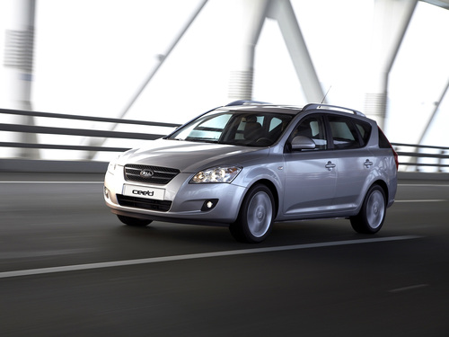 Фото автомобиля Kia Cee'd 1 поколение, ракурс: 45 цвет: серебряный