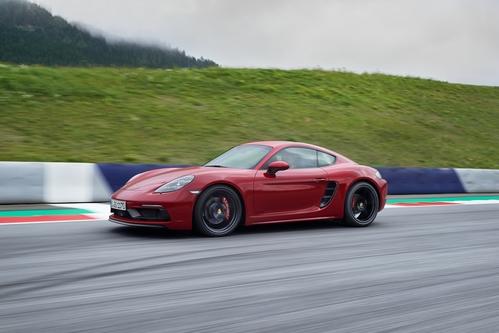 Фото автомобиля Porsche Cayman 982, ракурс: 45 цвет: красный