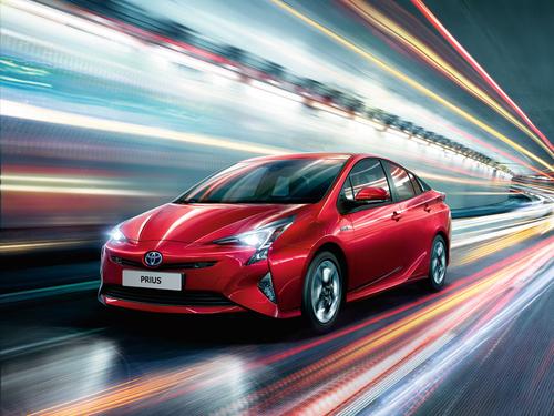 Фото автомобиля Toyota Prius 4 поколение, ракурс: 45 цвет: красный