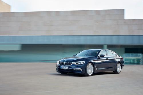 Фото автомобиля BMW 5 серия G30, ракурс: 45 цвет: синий