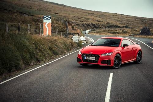 Фото автомобиля Audi TT 8S [рестайлинг], ракурс: 45 цвет: красный