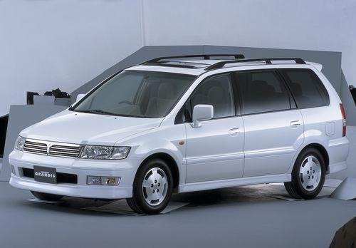 Фото автомобиля Mitsubishi Chariot 3 поколение, ракурс: 45 цвет: белый