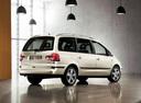 Фото авто Volkswagen Sharan 1 поколение [2-й рестайлинг], ракурс: 225 цвет: бежевый