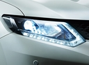 Фото авто Nissan X-Trail T32, ракурс: передние фары цвет: белый