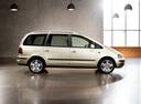 Фото авто Volkswagen Sharan 1 поколение [2-й рестайлинг], ракурс: 270 цвет: бежевый