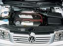 Фото авто Volkswagen Bora 1 поколение, ракурс: двигатель цвет: белый