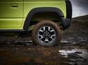 Фото авто Suzuki Jimny 4 поколение, ракурс: колесо цвет: зеленый